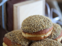donut σοκολάτα με τριμμένο μπισκότο
